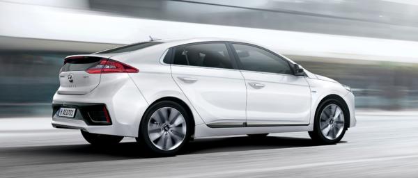 Hyundai IONIQ hybrid på farten