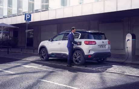 C5 Aircross Plug-in Hybrid oplades ved ladestander