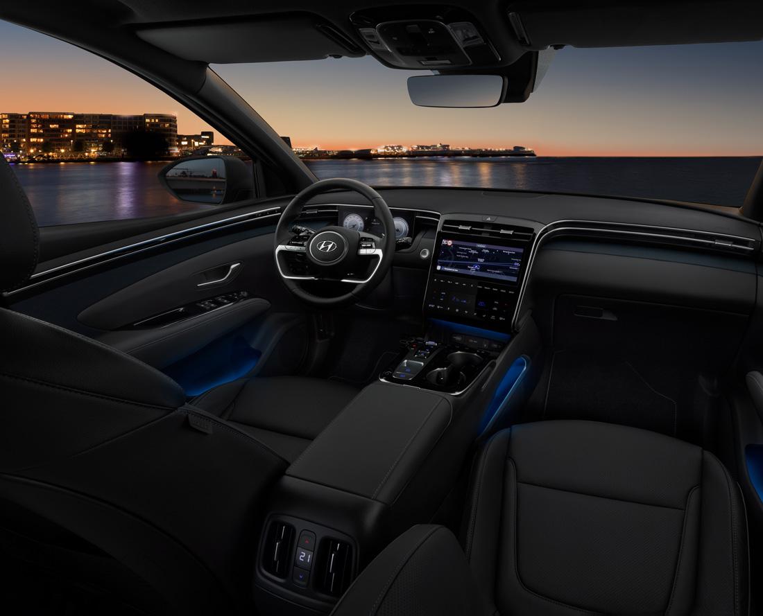 Interiøret i ny Hyundai Tucson med udsigt over vandet