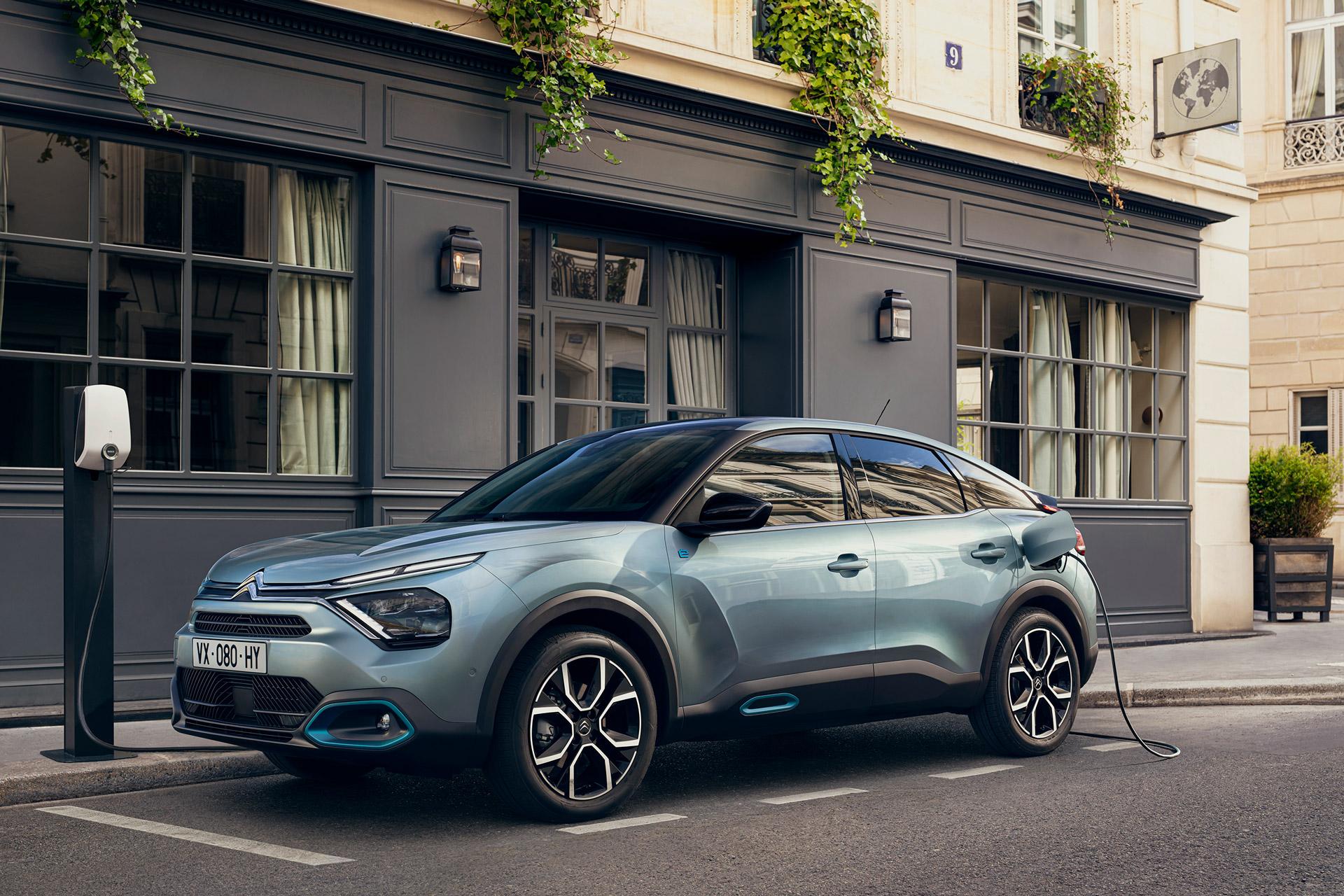 Citroën ë-C4 lader ved ladestander