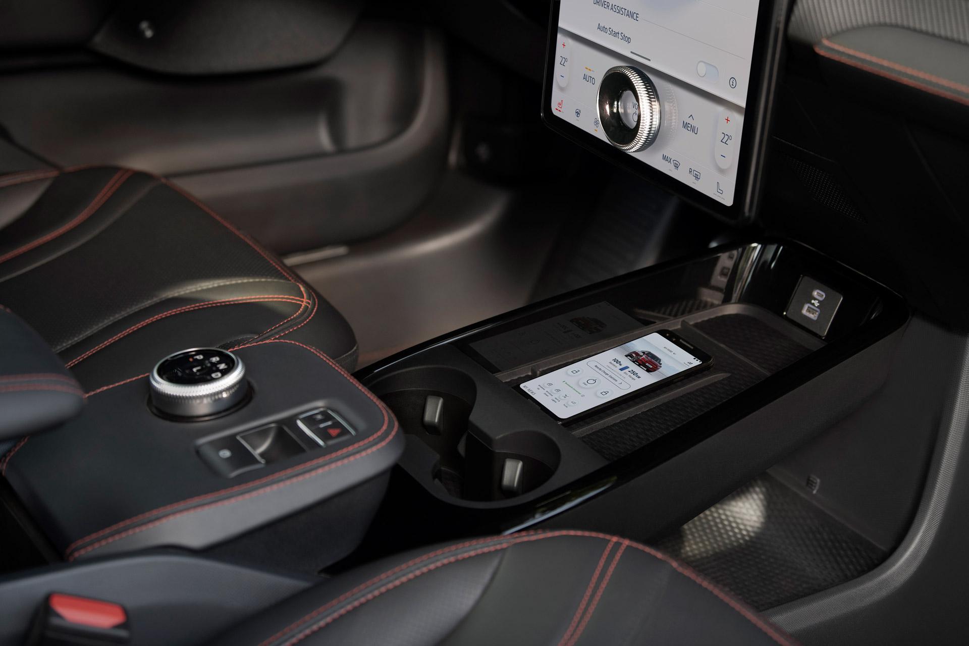 Ford Mach-E med trådløs opladning af mobiltelefon