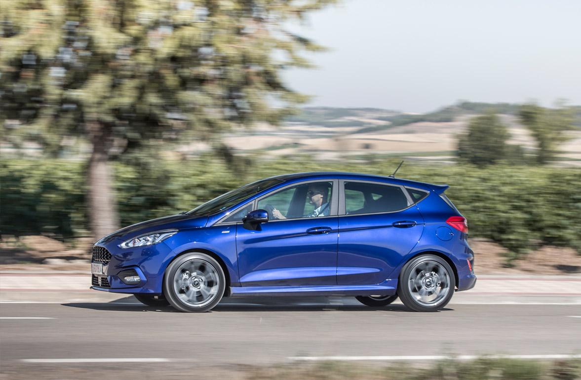 Ford Fiesta ST-Line fra siden i blå