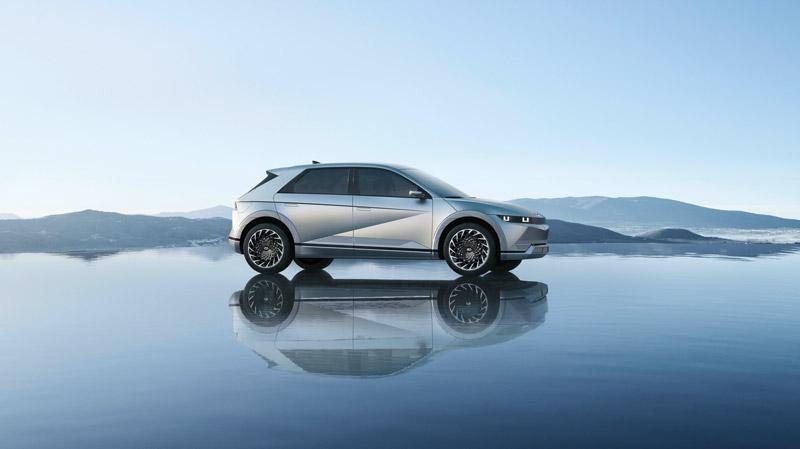 Hyundai IONIQ 5 der holder på vand