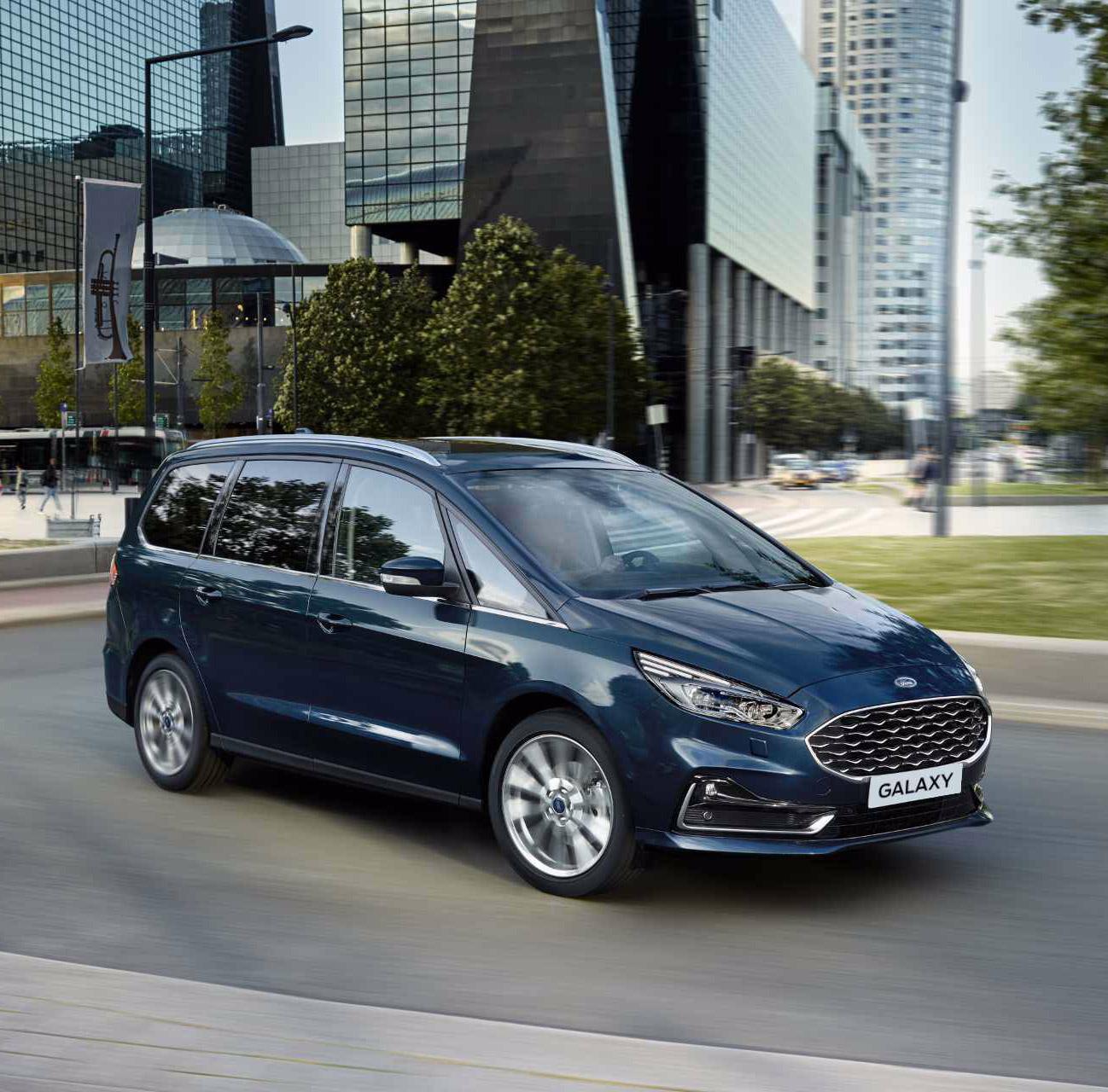 Ford Galaxy på vej rundt i et sving